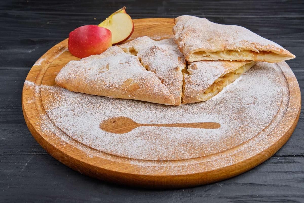Кальцоне с яблоком и сыром камамбер