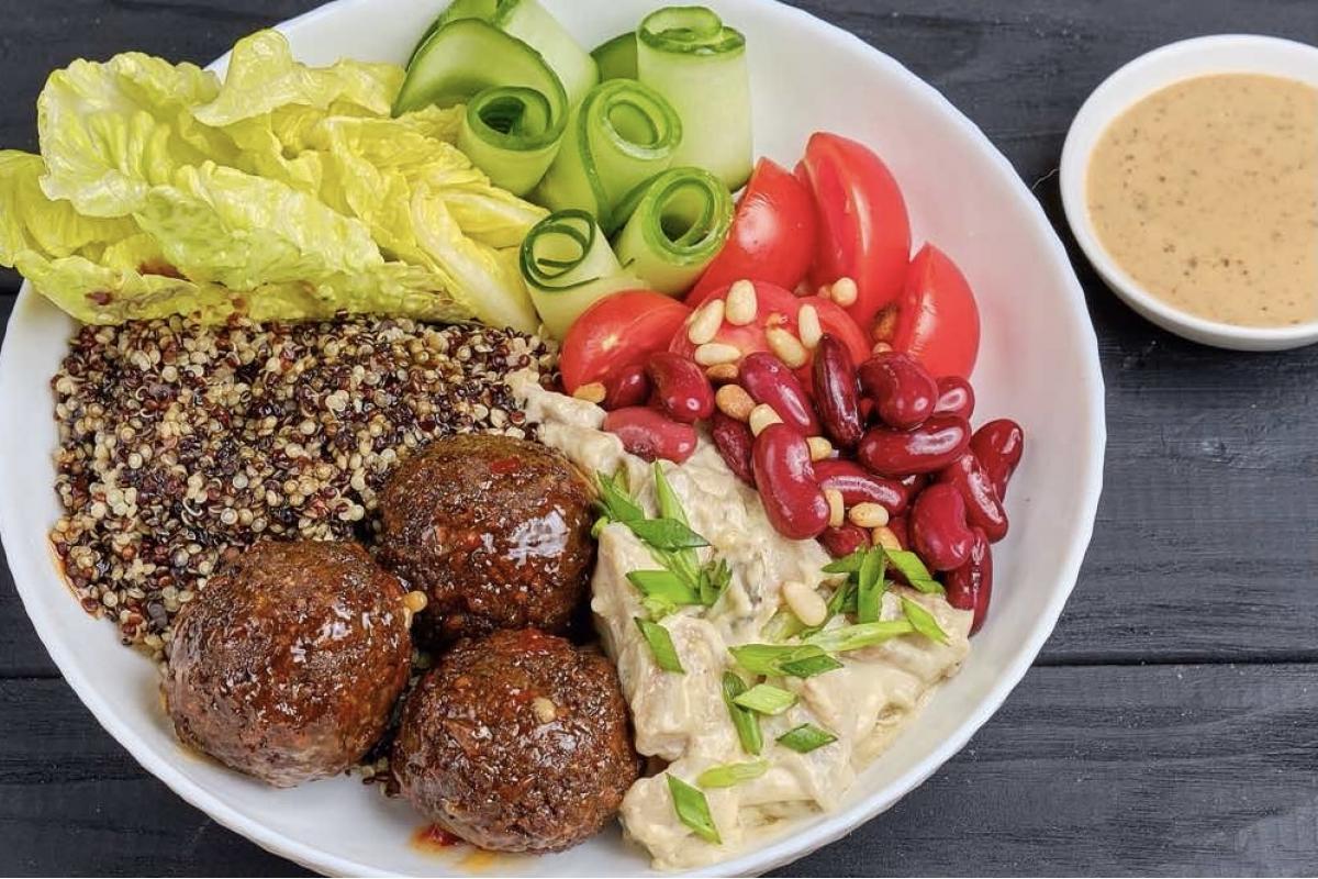 Боул вегетарианский.Фалафель ,киноа, красная фасоль, черри, огурцы свежие,грибы шампиньоны,сливки, лист салата, кедровый орех, зеленый лук, кинза, ореховый соус
