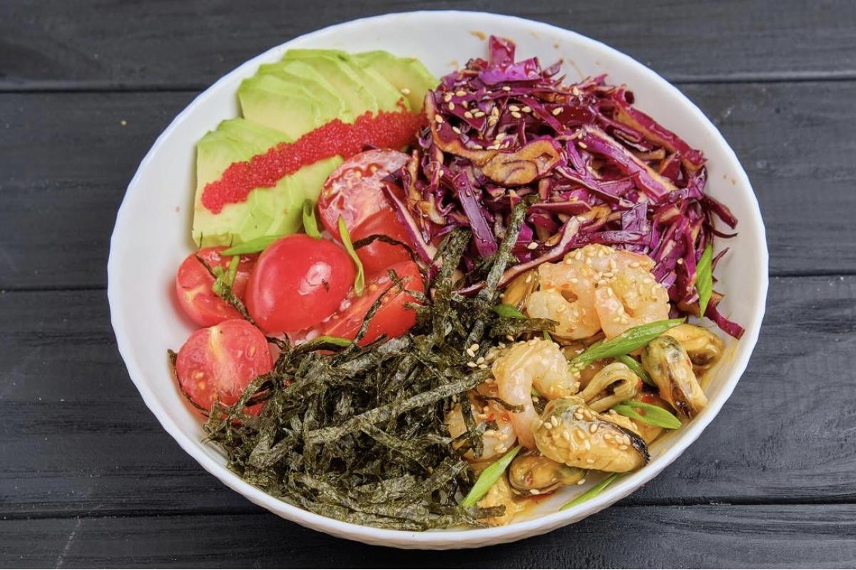 Боул с креветками и мидиями ,Креветки атлантические, мидии, авокадо, кунжут, рис(суши), зеленый лук, капуста, кинза, черри, перез чилли, тобико, нори, кисло-сладкий соус.